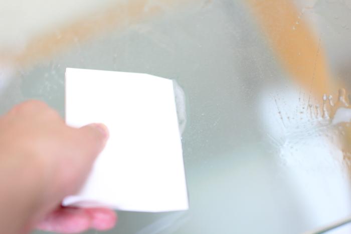 手順4.ゴムへらで水を切りながら、汚れを取ります、さらにスプレーをかけます