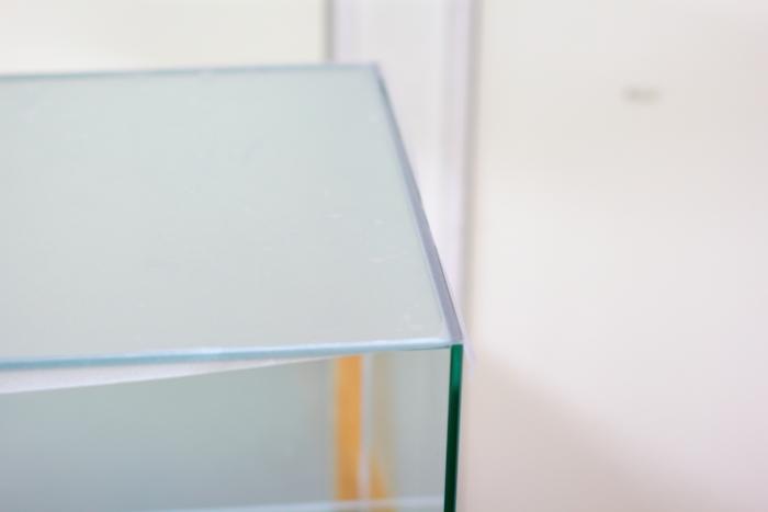 手順8.十分に密着させたら、余分なフィルムを水槽のふちに合わせてカットします